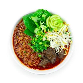 翡翠麺スパイシーチリホットスープ煮込み牛肉中華料理四川風装飾野菜トップビュー