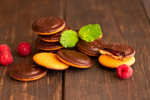 Пирожные яффо, печенье, покрытое черным шоколадом и наполненное малиновым мармеладом.