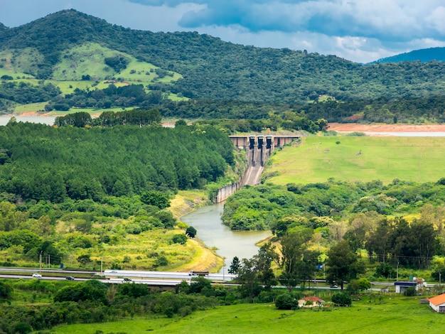 Vargem 시내의 Jaguari 저수지 댐 및 Fernao Dias 고속도로 프리미엄 사진
