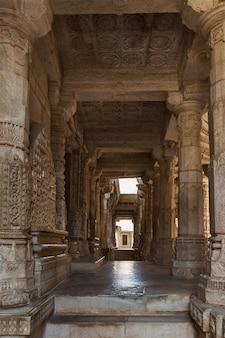 ラナクプールのジャイナ教寺院。インド、ラジャスタン州