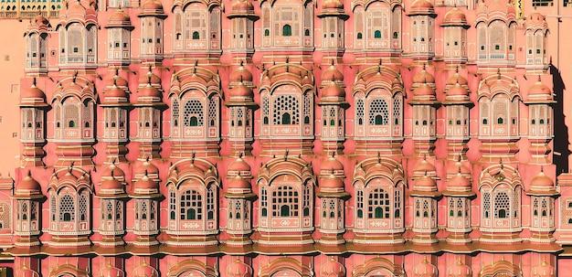 Джайпур, индия - 20 января 2020 года. вид на хава-махал (дворец ветров) в джайпуре, индия. хава-махал - одна из выдающихся туристических достопримечательностей города джайпур.