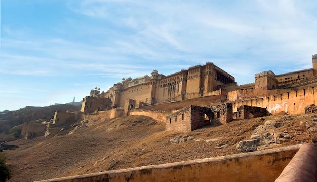 Джайпур, индия стены янтарного дворца, городка недалеко от джайпура, штат раджастхан, индия. объект всемирного наследия юнеско как часть группы горных фортов раджастана.