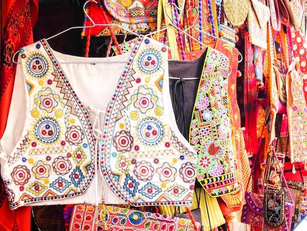 ジャイサルメールインドストリートマーケットで手作りの服のクローズアップビュー