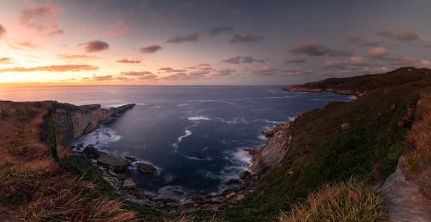 Горный берег яйзкибель, рядом с фуэнтеррабией, страна басков.