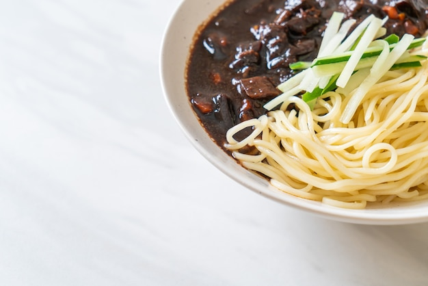 Чаджангмён - корейская лапша с черным соусом