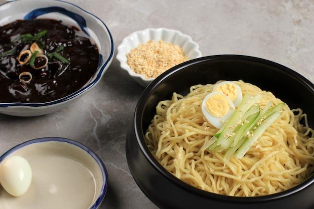チャジャンミョンまたはチャジャンミョンは韓国のうなずきで、黒ソースの水平方向の写真をクローズアップ