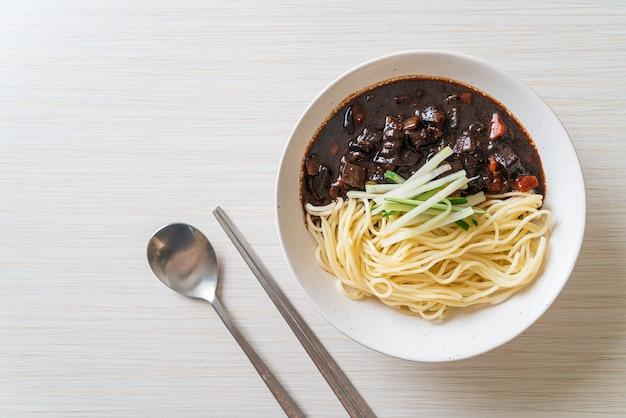 짜장면 또는 짜장면은 검은 소스를 곁들인 한국 국수입니다. 한식 스타일