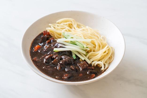 Jajangmyeon 또는 jjajangmyeon은 검은 소스를 곁들인 한국 국수입니다-한식 스타일