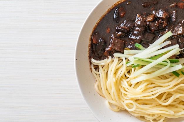チャジャンミョンまたはチャジャンミョンはブラックソースの韓国麺-韓国料理スタイル