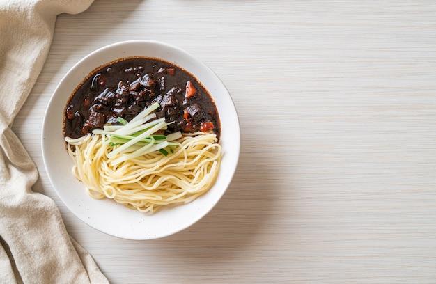 チャジャンミョンまたはチャジャンミョンは黒醤油の韓国麺-韓国料理スタイル