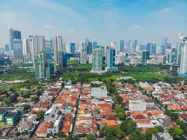 午後の都市の高層ビルとジャカルタの街のスカイライン
