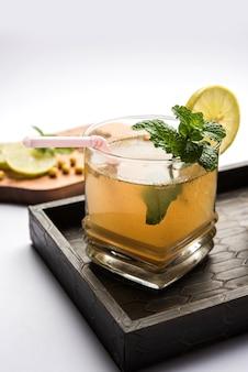 Jal-jeera or jaljiraは、クミンパウダーを水に混ぜて調製したインドの飲料で、ブーンディ、ミント、レモンのスライスと一緒に冷やしてお召し上がりいただけます。不機嫌そうな背景の上に出されます。セレクティブフォーカス