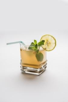 Jal-jeera or jaljira - это индийский напиток, приготовленный путем смешивания порошка тмина с водой и подаваемый холодным с бунди, мятой и ломтиком лимона. подается на мрачном фоне. выборочный фокус