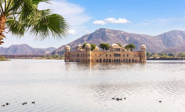 Водный дворец джал махал в индии, джайпур.