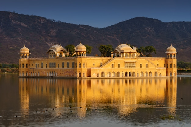 Jal mahal、インド、ラジャスタン州ジャイプールの水宮殿。