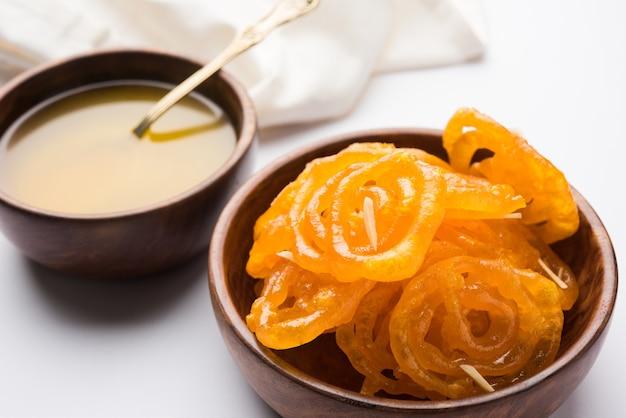 Джалеби или джилби или имарати, индийские сладости, обжаренные в чистом топленом масле, выборочный фокус