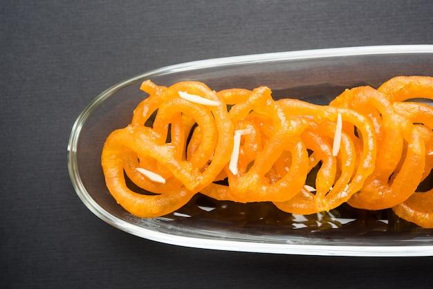 Jalebi 또는 jilbi 또는 imarati, 순수한 버터 기름으로 튀긴 인도의 달콤한 음식, 선택적 초점