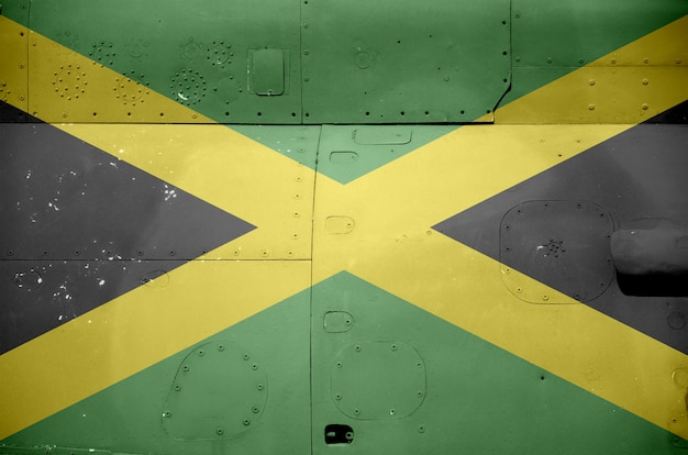 軍用装甲ヘリコプターのクローズアップの側面に描かれたジャマイカの旗。軍隊の航空機の概念的な背景