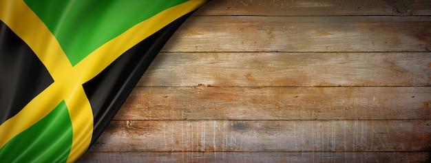 ヴィンテージの木製の壁にジャマイカの旗