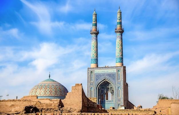 이란 야 즈드의 jame 모스크. 모스크에는이란에서 가장 높은 한 쌍의 첨탑이 있습니다.