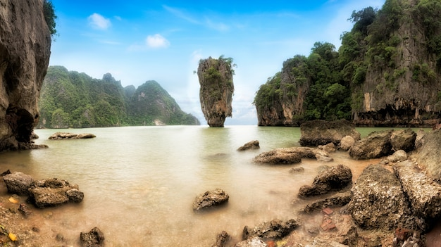 Остров джеймса бонда - известный ориентир в заливе пханг нга, недалеко от пхукета, таиланд.
