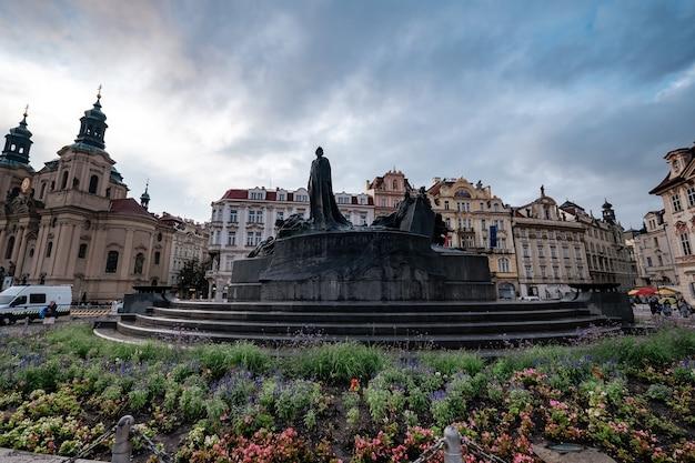 チェコのプラハ市の旧市街広場にあるヤンフス像
