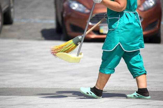 管理人が街の歩道を掃除する