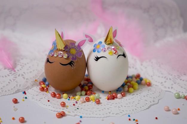 23 января 2021 года редакционные иллюстрированные яйца, украшенные пасхальным комплектом в виде единорога, домашняя кухня