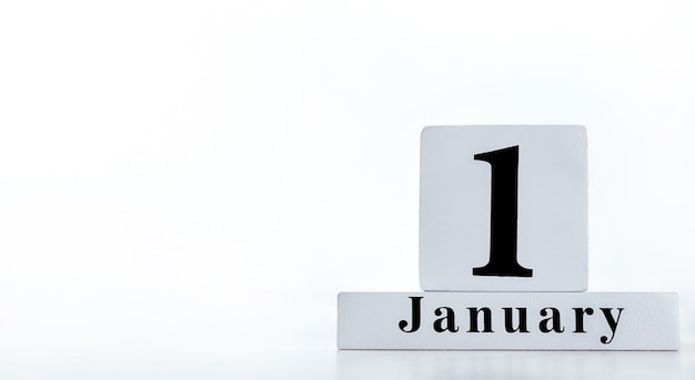 1 января календарь на кубиках. творческое абстрактное начало празднования нового года бизнес-концепция с копией пространства