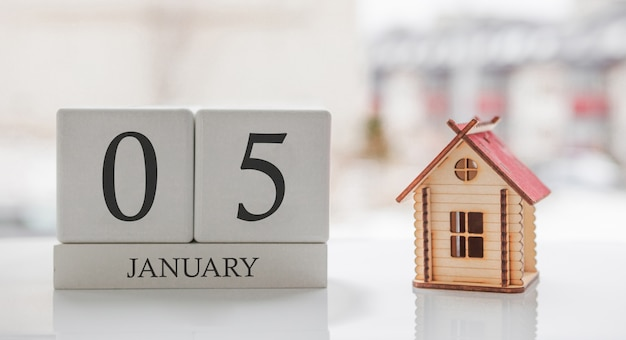 January calendar and toy home. day 5 of month. card message for print or remember