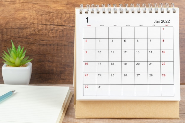 1월 달, 주최자를 위한 달력 데스크 2022가 테이블에 계획 및 알림을 제공합니다. 사업 계획 약속 회의 개념