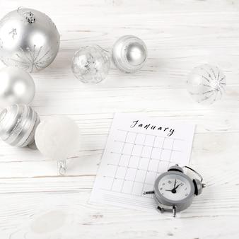 Pianificazione di gennaio sul tavolo festivo