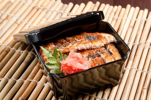 일본은 닭고기와 국수 우동을 자른다.