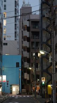 Città del giappone di notte con la luce