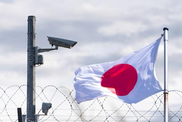 일본, 일본 국경, 대사관, 감시 카메라, 철조망과 일본 국기, 컨셉 사진