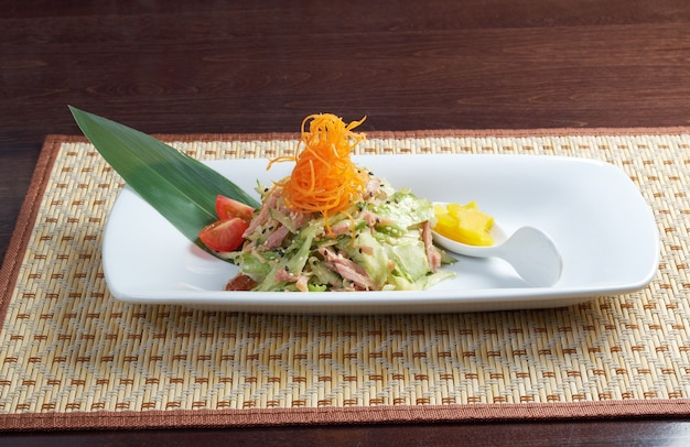 Японский салат с копченой курицей и овощами крупным планом