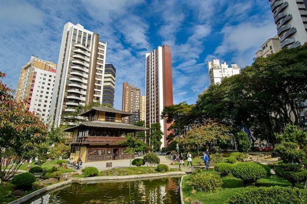 Curitiba parana state brazil의 배경에 건물이 있는 일본 광장