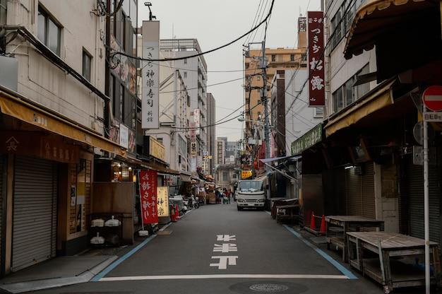 日本の通りと看板のある建物