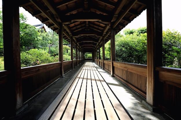 Деревянная прогулка по храму японии с японским садом, храм в киото япония