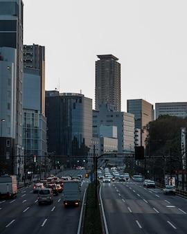 Городской пейзаж японии с автомобилями