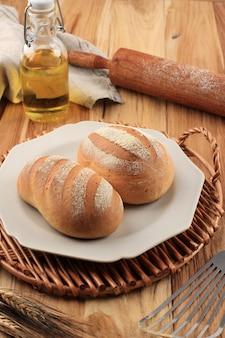 パン粉、ホイップクリーム、砂糖、冷水から作られた日本ホワイトミルクハートパンまたはミルクハス(生クリームパン)。素朴な外、ふわふわの中