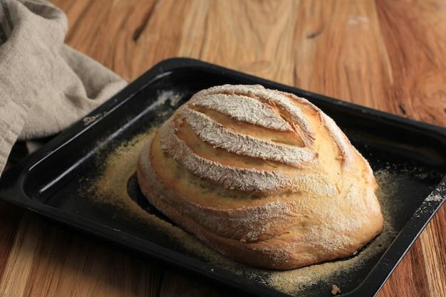 パン粉、ホイップクリーム、砂糖、冷水から作られた日本ホワイトミルクハースブレッドまたはミルクハス(生クリームパン)。素朴な外、ふわふわの中