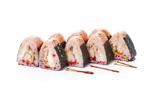 白い背景で隔離の日本食巻き寿司のクローズアップ