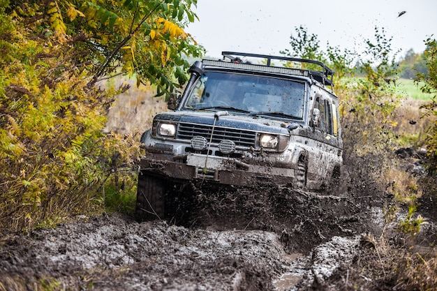 깊은 진흙 속을 빠르게 달리는 일본 suv 도요타 랜드크루저 프라도