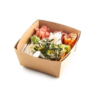 白い背景で隔離の再生紙の箱で日本のアジア料理。有機食品包装の概念。