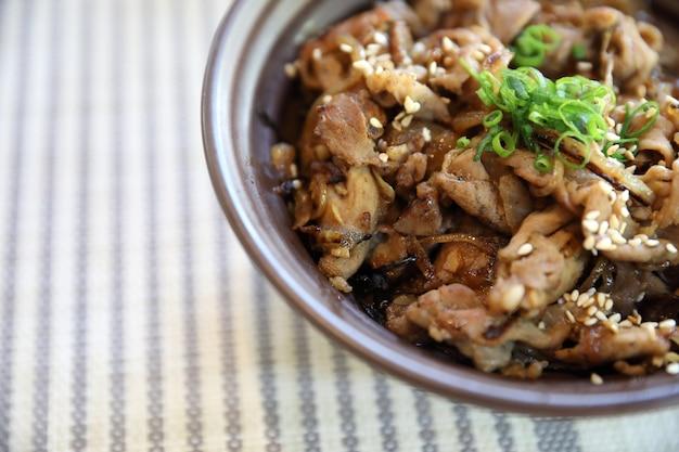 日本の郷土料理をクローズアップした和牛丼