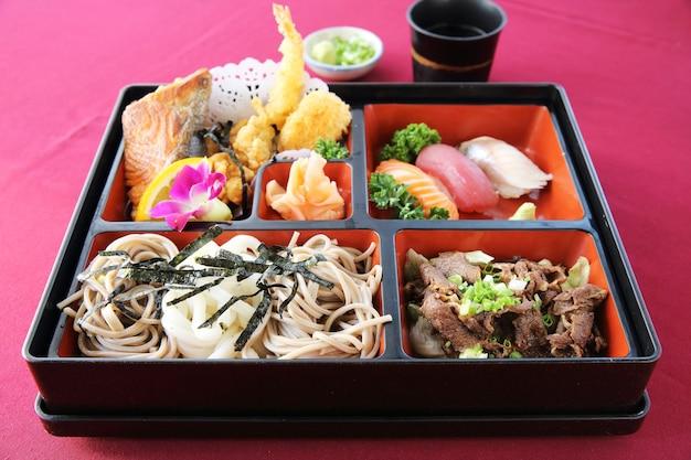 Японские суши бенто и соба