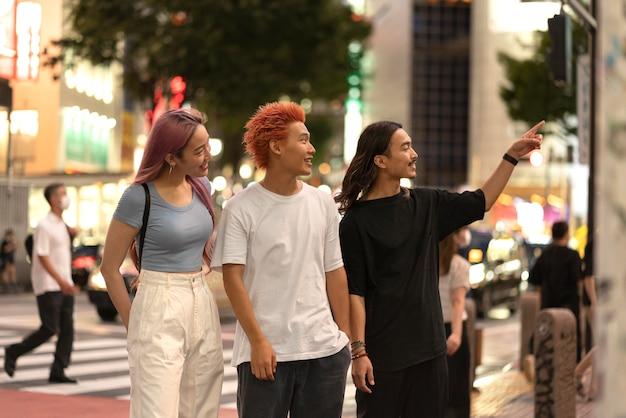 Ritratto dei migliori amici giapponesi in una posizione urbana