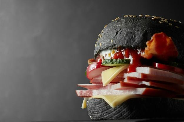 日本のブラックバーガーとチーズ。