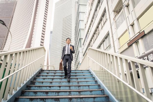 공식적인 비즈니스 정장으로 도쿄에서 일본 사업가